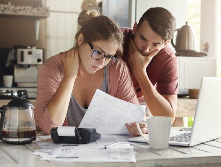 pareja estres cuentas a pagar