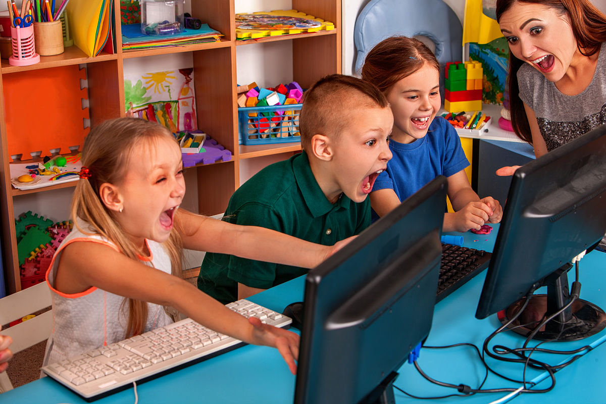 niños computadoras escuela