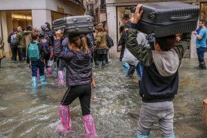 turistas bajo agua en venecia