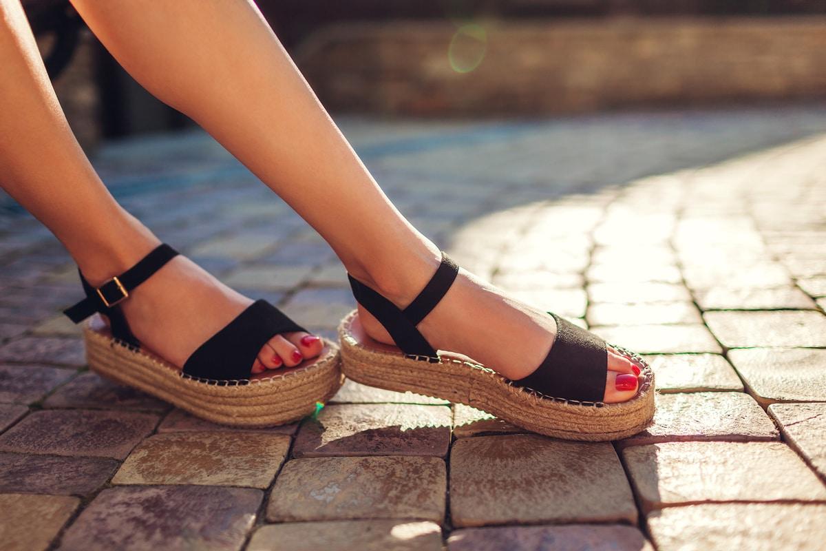 outfit con zapatillas