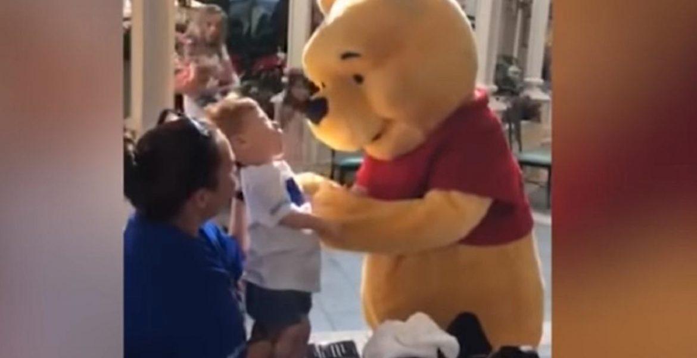 Winnie the Pooh niño con discapacidad