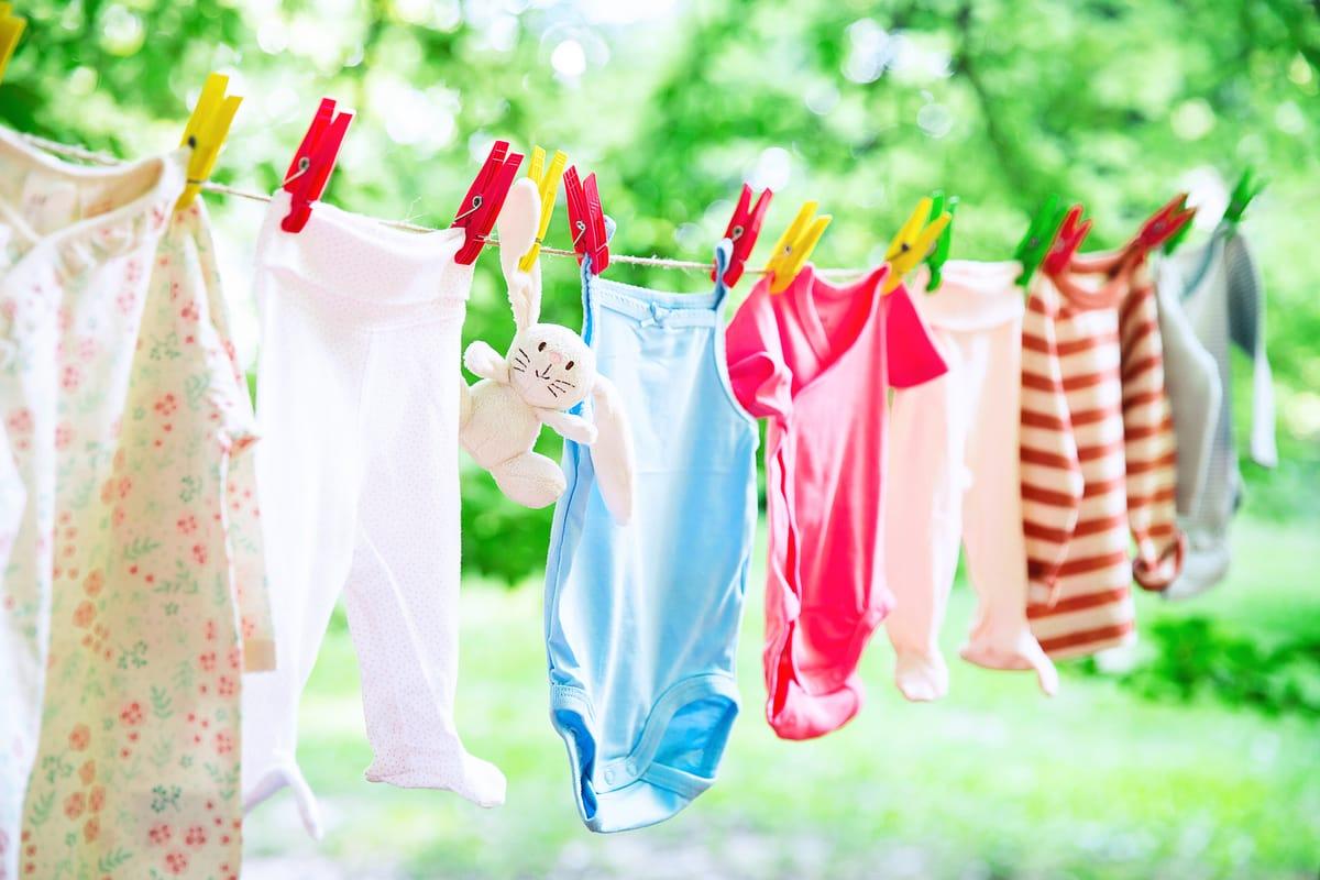 ¿Cómo quitar un chicle que ya está seco de la ropa?
