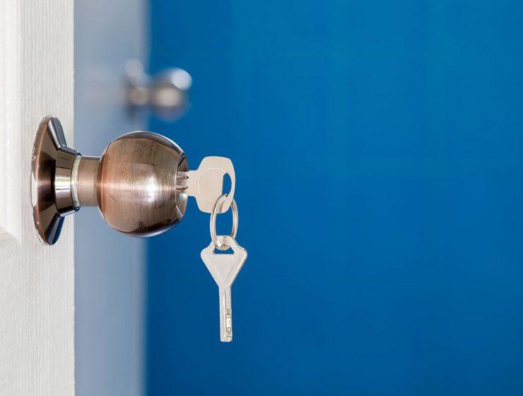 Cómo abrir una puerta trabada