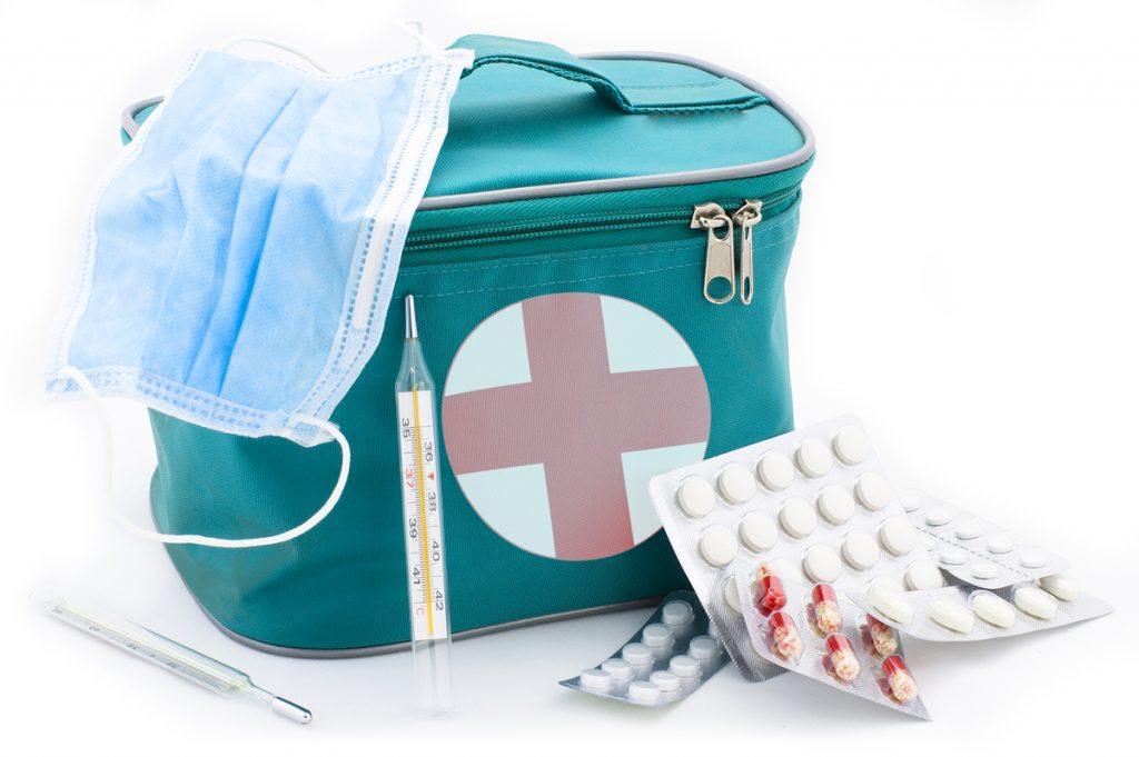 que lleva un botiquin de primeros auxilios