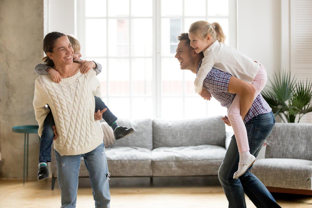 niños jugando con padres