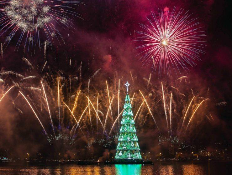 se enciende el árbol de navidad flotante